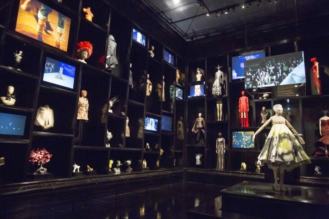 cabinet of curiosities Alexander McQueen Savage Beauty